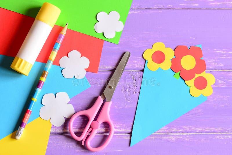 Het creëren van document ambachten voor moeder` s dag of verjaardag stap leerprogramma Document boeketgift voor mama royalty-vrije stock foto's