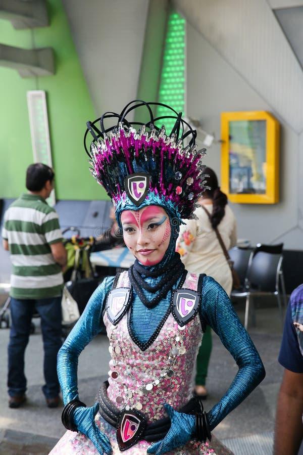Het creatieve jonge meisje glanst met blauwgroene kleuren royalty-vrije stock afbeeldingen