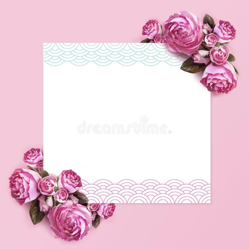 Het creatieve kader van de lay-outsamenstelling isoleerde bloemen van pioenen en een wit blad van document op een roze achtergron royalty-vrije stock foto's