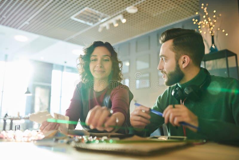 Het creatieve Ontwerpers Samenwerken stock foto