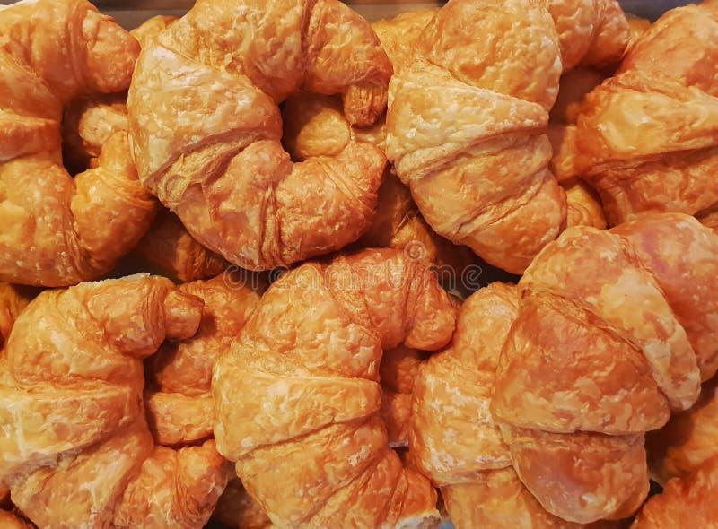 Het Croissant in de Bakkerijwinkel stock afbeeldingen