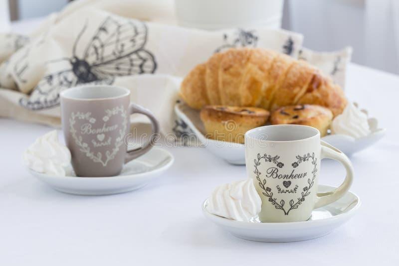 Het croissant en een kop van heerlijke koffie, southen Italiaans traditioneel zoet ontbijt, zoet dessert, heldere achtergrond royalty-vrije stock fotografie