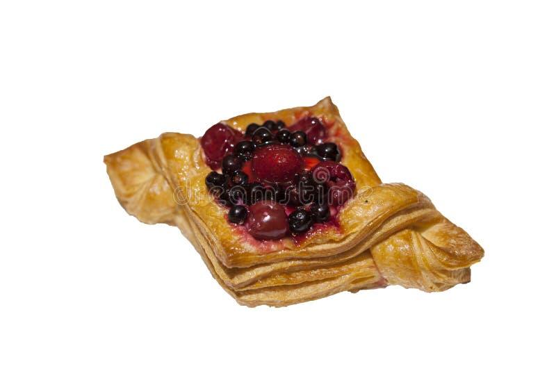 Het croissant, verse gebakjes, bessen, op een witte achtergrond, heeft bezwaar stock fotografie