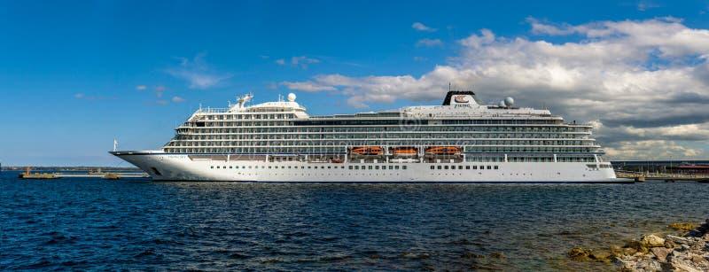 Het cruiseschip MV Viking Sky van de Viking Ship Fleet Viking Ocean-Cruises dokte in de Haven van Vanasadam Tallinn royalty-vrije stock afbeeldingen