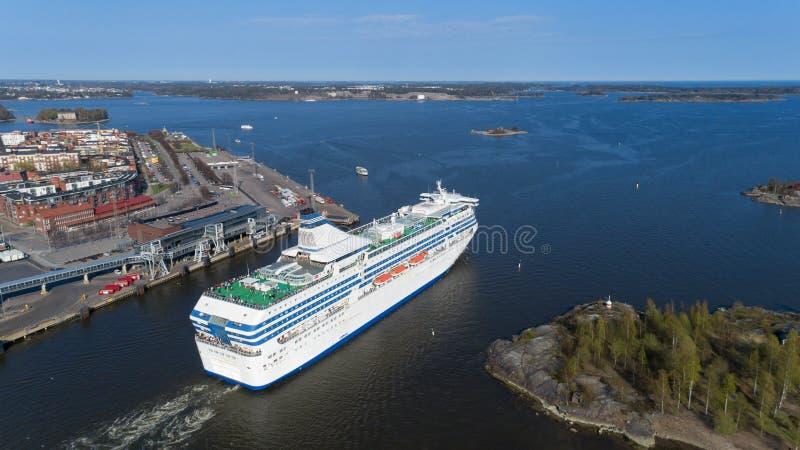 Het cruiseschip verlaat de haven van Helsinki en gaat de Oostzee door een smalle Straat in Mooi zonnig de lentepanorama stock fotografie