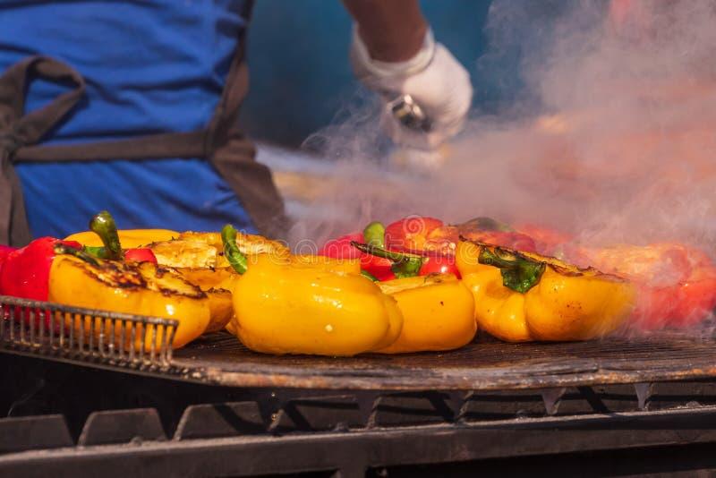 Het culinaire Buffet met gezond haalt maaltijd weg - geroosterd groenten, vissen en vlees op de culinaire markt van het straatvoe stock fotografie