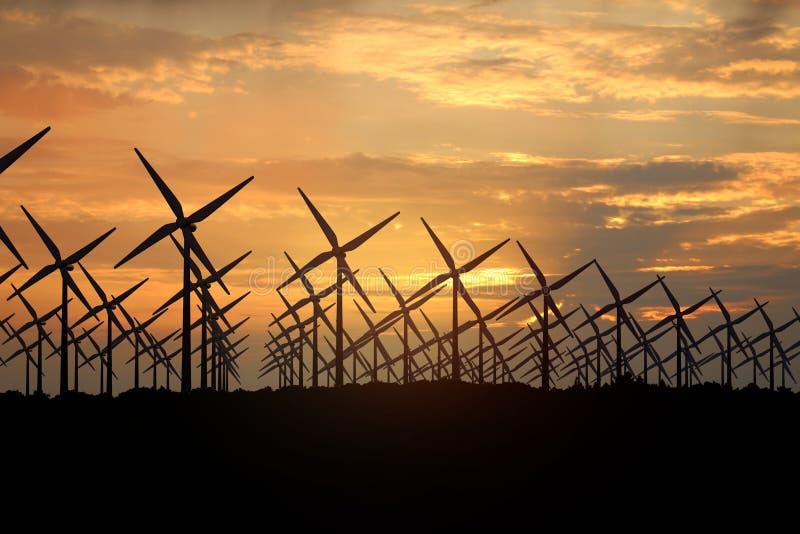 het 3D teruggeven van windmolens die energie in de avond veroorzaken royalty-vrije stock afbeeldingen