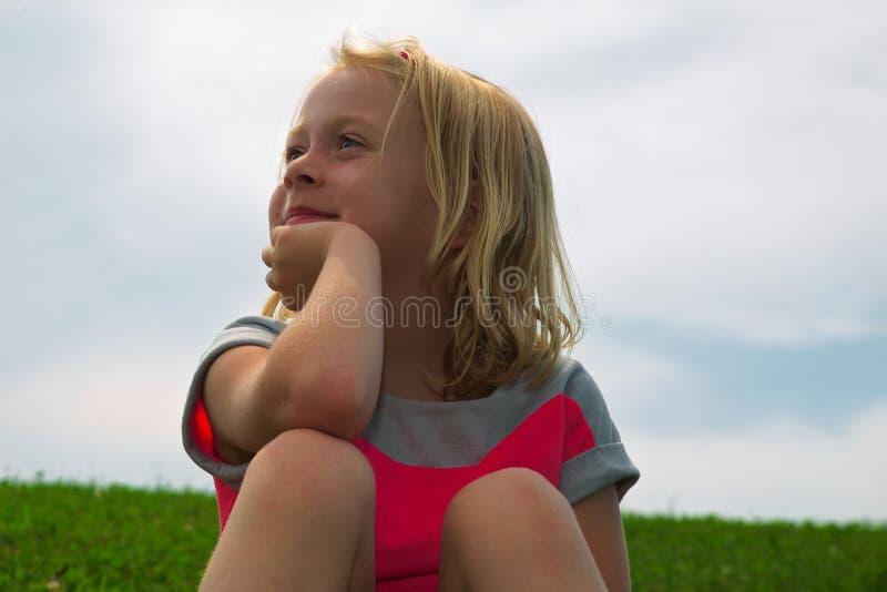 Het dagdromen van het meisje stock foto