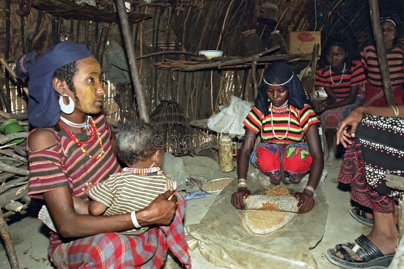 Het dagelijkse leven van Ethiopische Verafgelegen vrouwen en tienerjaren stock fotografie