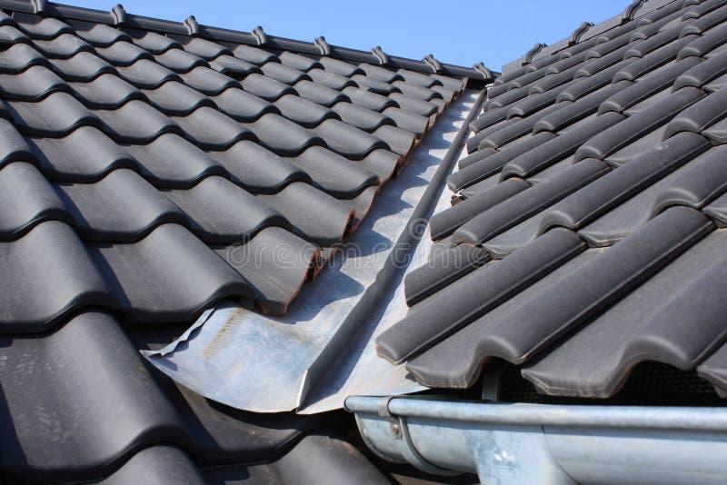 Het dak die met zwarte behandelen stock afbeelding