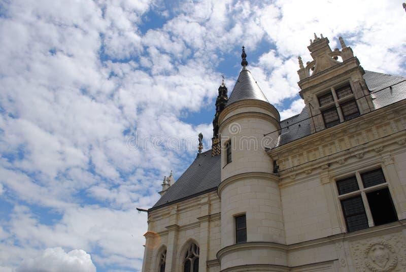Het dak en de voorgevel van het kasteel stock afbeelding