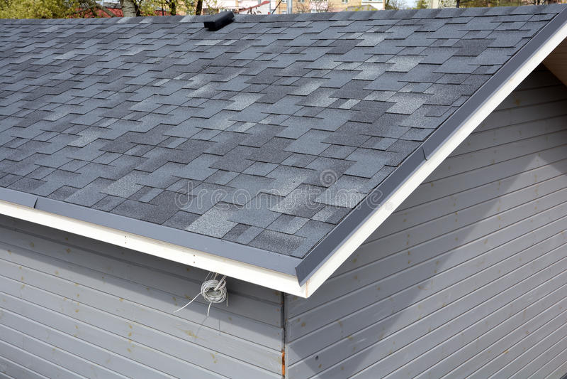 Het dak van de bitumentegel Dakdakspanen - Dakwerk Sluit omhoog mening over Asphalt Roofing Shingles stock foto's