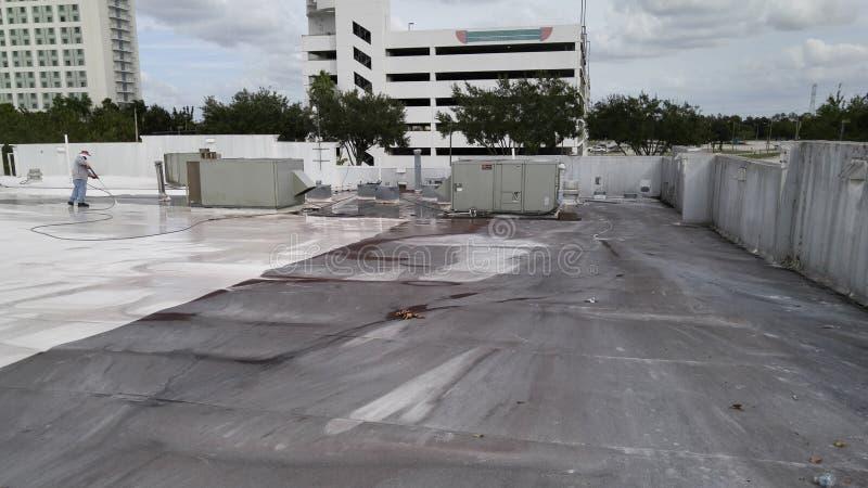 Het dak van de drukwas TPO, dakonderhoud stock fotografie