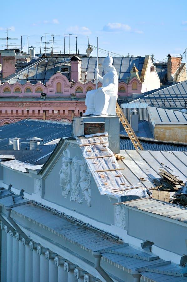 Het dak van de huisvesting van Rossi in Nationale bibliotheek van Rusland en beeldhouwwerk van Minerva - de godin van wijsheid stock afbeelding