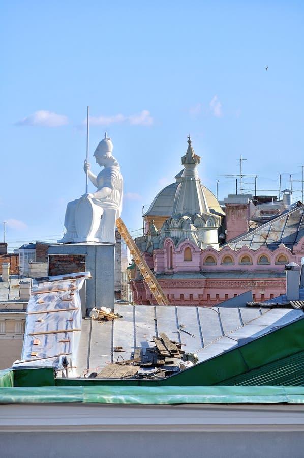 Het dak van de huisvesting van Rossi in Nationale bibliotheek van Rusland en beeldhouwwerk van Minerva - de godin van wijsheid royalty-vrije stock foto