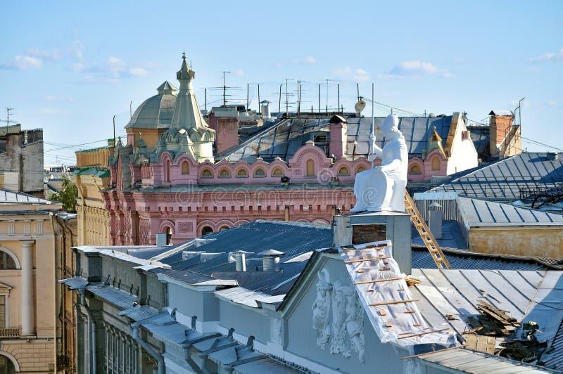 Het dak van de huisvesting van Rossi in Nationale bibliotheek van Rusland en beeldhouwwerk van Minerva - de godin van wijsheid royalty-vrije stock fotografie