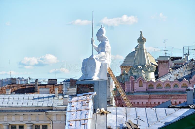 Het dak van de huisvesting van Rossi in Nationale bibliotheek van Rusland en beeldhouwwerk van Minerva - de godin van wijsheid royalty-vrije stock foto's