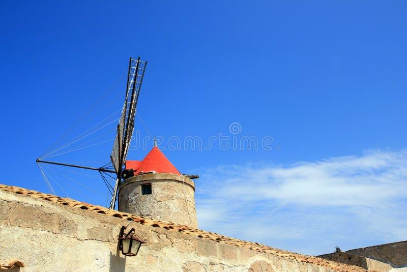Het dak van de molen op de hemel van de buezomer, Sicilië stock fotografie