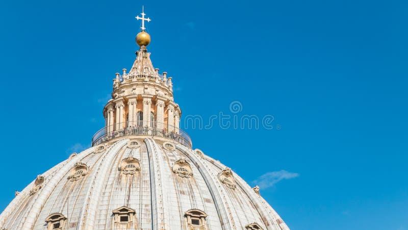 Het dak van de StPeterbasiliek en een blauwe hemel in Vatikaan stock foto's