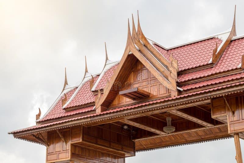 Het dak van een Thais blokhuis met bewolkte hemel stock afbeeldingen