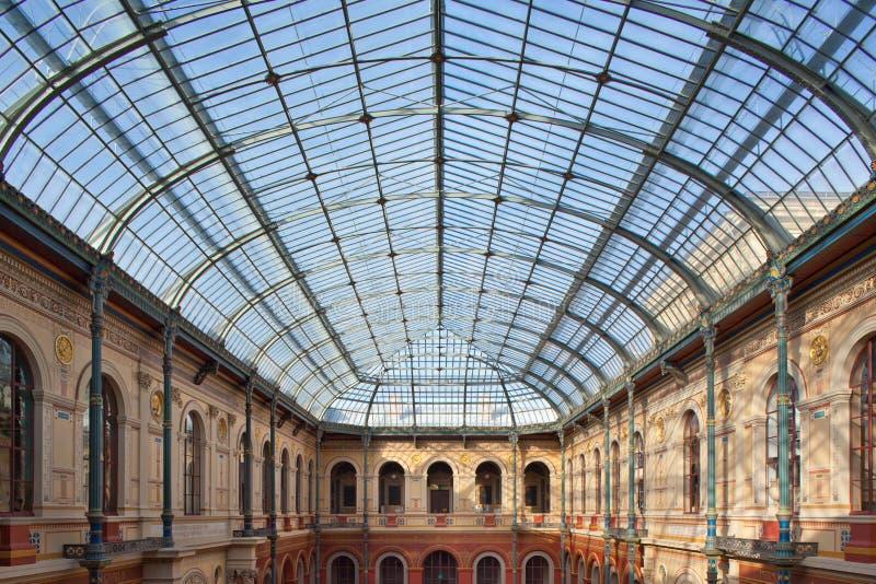 Het dak van het glas van de beeldende kunstenschool in Parijs stock foto