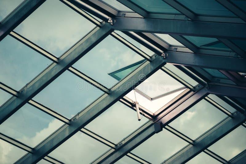 Het dak van het glasdakraam met open venster stock fotografie