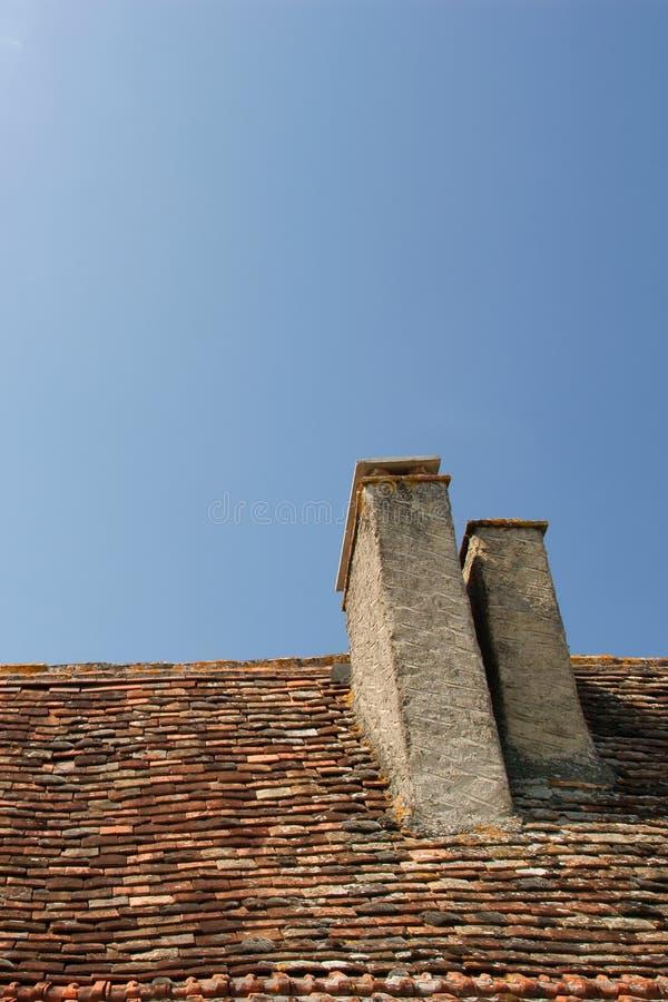 Het dak van het venster en blauwe hemel stock foto