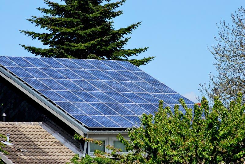Het dak van het zonnepaneel stock afbeelding
