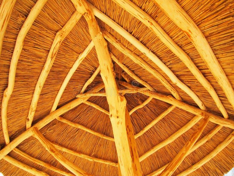 Het dak wordt gemaakt van stro stock foto