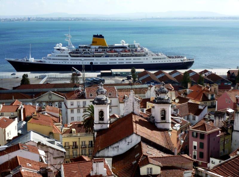Het dakbovenkanten van Lissabon en cruiseschip door de Tagus-rivier stock afbeelding