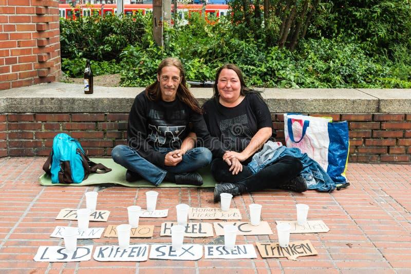 Het dakloze paar vraagt om steun royalty-vrije stock afbeelding