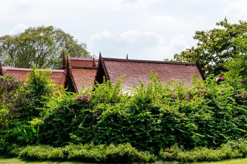 Het dakstructuur van het grote en mooie oude Thaise stijlhuis met de groene hetere yard van Sampran-rivieroever Nakornpathom, Tha royalty-vrije stock afbeeldingen