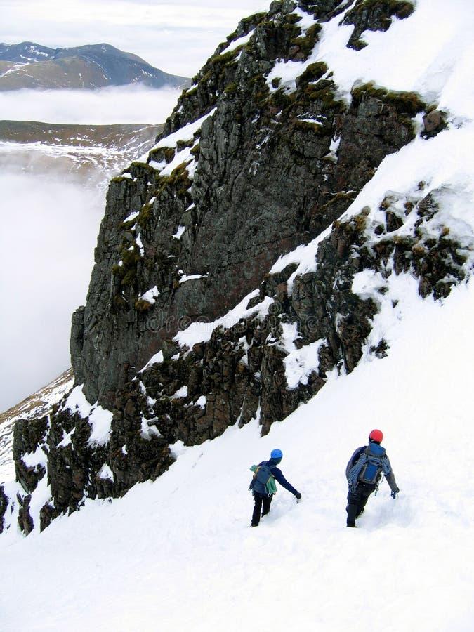 Het dalen van bergbeklimmers stock afbeelding