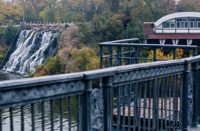 Het dalen van de treden van de voetbrug aan de dijk stock fotografie
