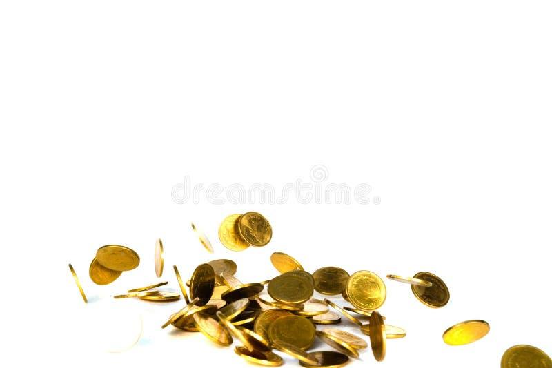 Het dalende gouden muntstuk, vliegend muntstuk, regengeld isoleerde op witte achtergrond, zaken en financi?le rijkdom en neemt wi royalty-vrije stock afbeeldingen