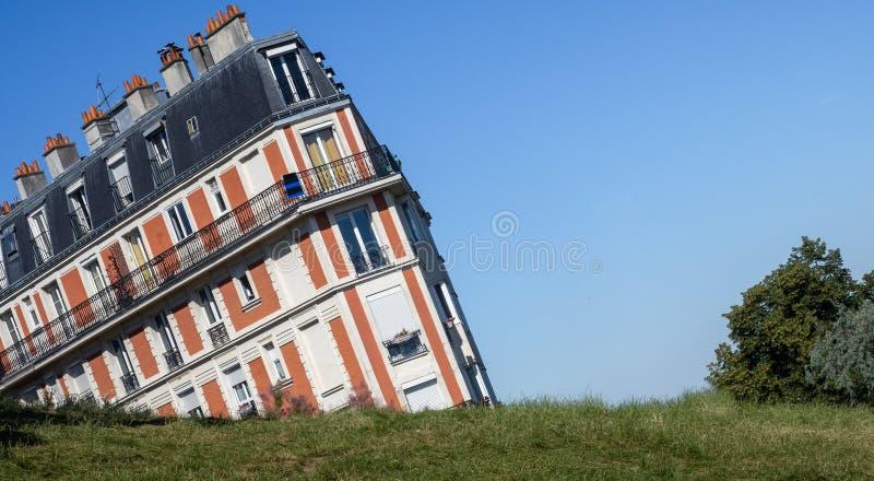 Het Dalende Huis in Montmartre Parijs royalty-vrije stock afbeelding