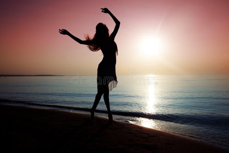 Het dansen bij het strand stock fotografie