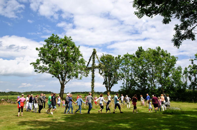 Het dansen bij midzomer in Zweden stock afbeelding