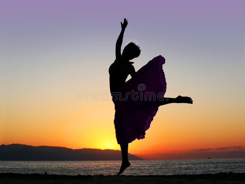 Het dansen bij zonsondergang stock afbeelding