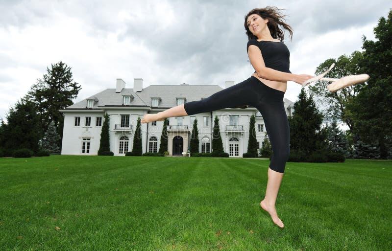 Het dansen in de tuin royalty-vrije stock afbeelding