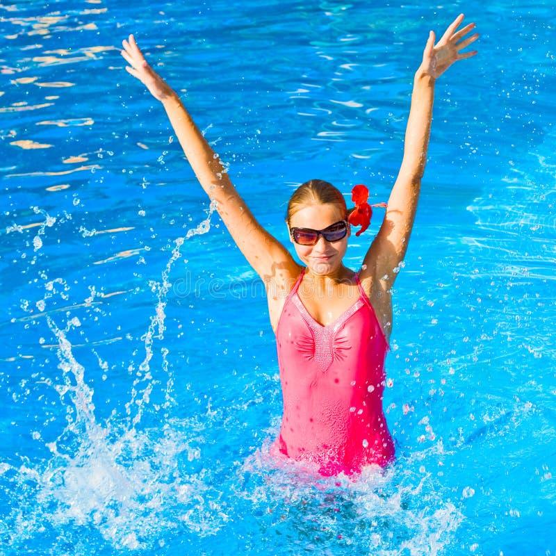 Het dansen en het spelen in water stock fotografie