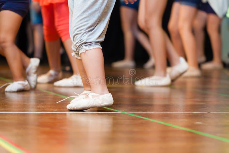 Het dansen jonge geitjes royalty-vrije stock foto's