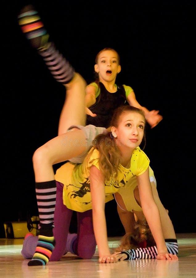 Het dansen kinderen acrobatische stunt stock fotografie