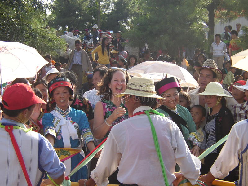 Het dansen met Yi-minderheid stock foto