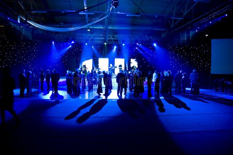 Het dansen onder blauwe lichten royalty-vrije illustratie