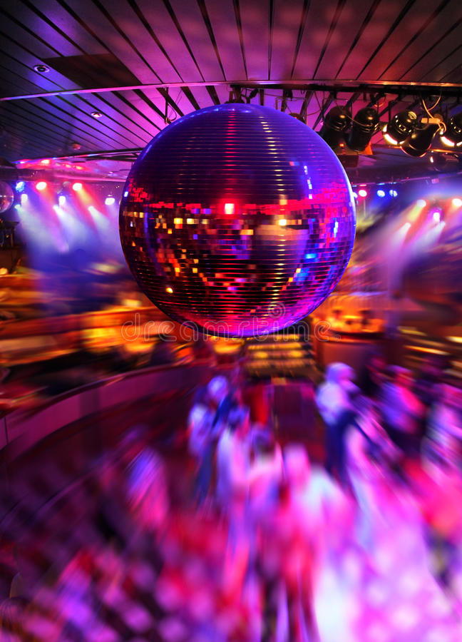 Het dansen onder de bal van de discospiegel stock foto