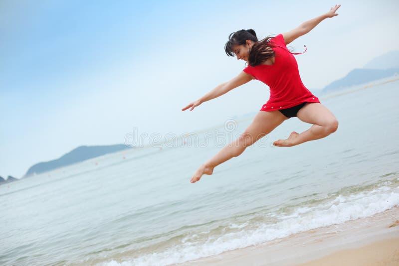 Het dansen op strand stock fotografie