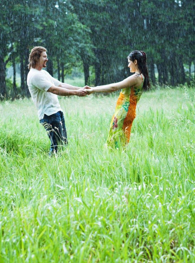 Het dansen in regen stock afbeelding