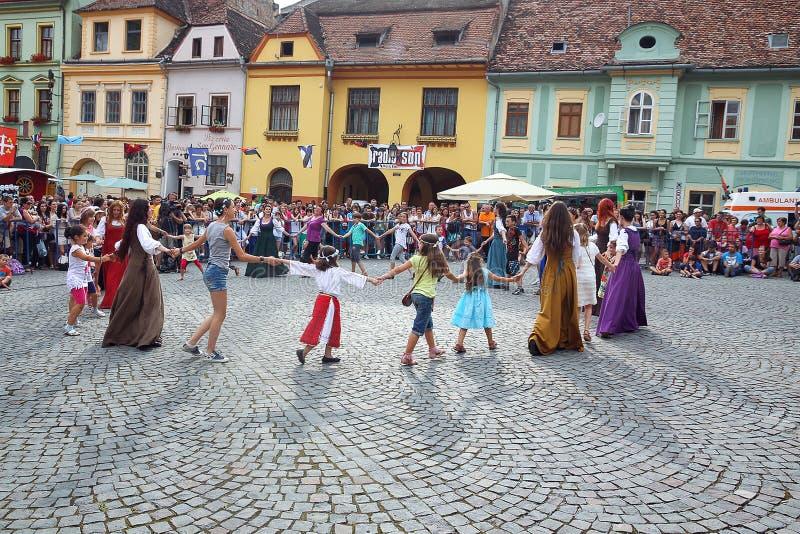 Het dansen trucs in geel royalty-vrije stock afbeelding