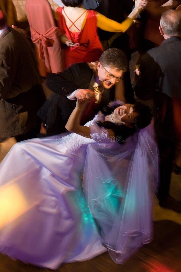 Het dansen van de bruid en van de bruidegom stock afbeelding
